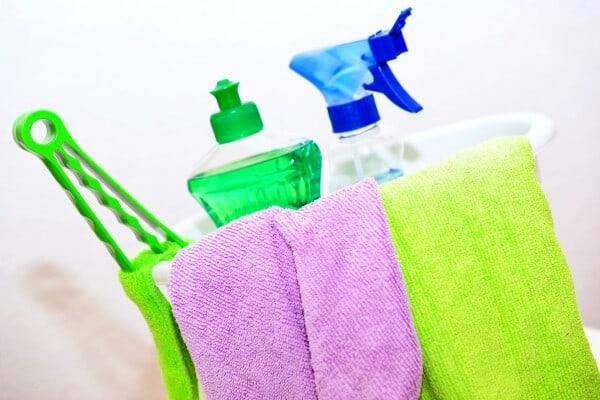 productos de limpieza que van en una cesta