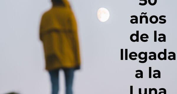 persona de pie observando la luna